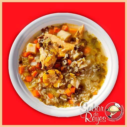 Puchero de gallina con arroz y vegetales de la huerta